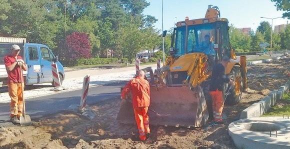 Robotnicy przygotowują podkład pod drugą nitkę ulicy.