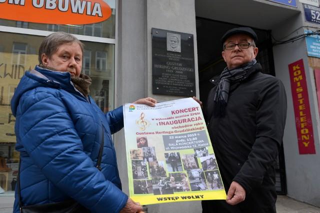 Doktor Irena Furnal oraz Andrzej Dąbrowski, dyrektor Wojewódzkie Biblioteki Publicznej w Kielcach, prezentują pod pamiątkową tablicą poświęconą Gustawowi Herlingowi-Grudzińskiemu plakat koncertu, który w piątek, 22 marca odbył się w Kielcach.