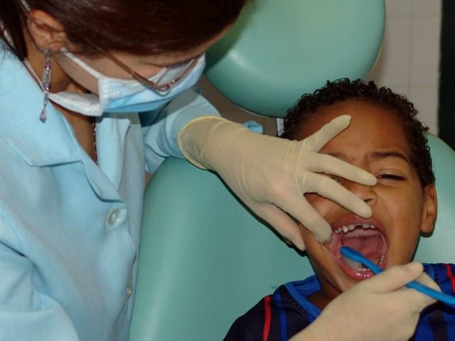 Wizyty u stomatologa powinny odbywać się co trzy miesiące, ponieważ próchnica zębów mlecznych szybko się rozwija.