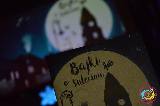 """W czwartek 13 grudnia w Klubie u Bulka, przy licznym udziale publiczności, odbyło się spotkanie promocyjne książki """"Bajki o Sulęcinie"""". W trakcie spotkania można było poznać fragmenty bajek czytane przez burmistrza Dariusza Ejcharta, przewodniczącego Rady Miejskiej Zbigniewa Szczepańskiego, nagrodzonych autorów oraz pracowników Biblioteki Publicznej w Sulęcinie.- Każdy, kto zawitał na spotkanie, na zakończenie otrzymał w prezencie egzemplarz książki, by móc poznać bliżej wszystkie historie bohaterów naszego miasta. Dziękujemy wszystkim, którzy to wyjątkowe popołudnie spędzili z nami - informuje Katarzyna Nowak z Sulęcińskiego Ośrodka Kultury.WIDEO: Jak najlepiej wybrać choinkę?"""