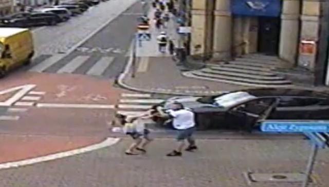 Kierowca porsche podejrzewany o atak na kobietę w Lesznie został dziś zatrzymany przez policję. Doszło do tego w Andrychowie na terenie Małopolski. Nie wiadomo jeszcze, czy 35-latek prokuratorskie zarzuty usłyszy dziś, czy jutro.