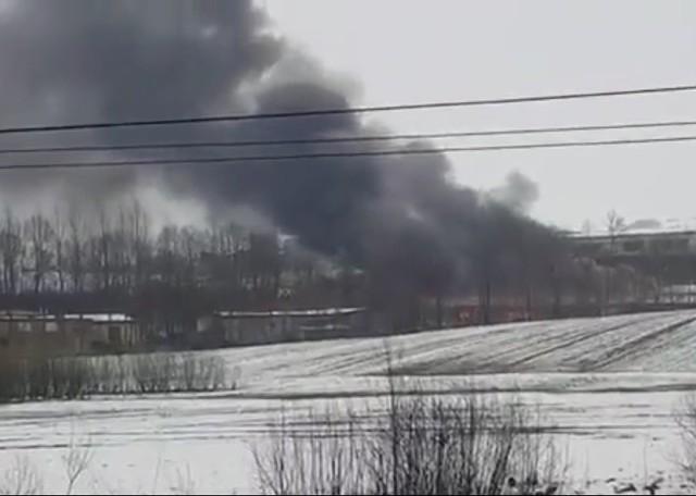 Kłęby czarnego dymu wydobywające się z pożaru w Ołpinach k. Tarnowa widać z daleka