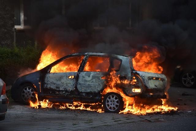 Pożar w Rybniku. Spłonął samochód przy ulicy Kadetów. Interweniowała straż pożarna, policja, pogotowie ratunkowe i śmigłowiec LPR.