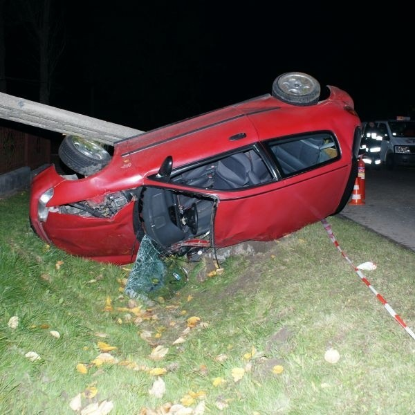 Honda kierowana przez 18-latka zjechała na lewy pas, wypadła z drogi i uderzyła w słup. Kierowca zginął na miejscu