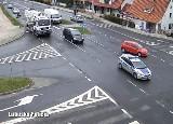 Policyjna eskorta przez centrum Zielonej Góry - zapis wideo z miejskiego monitoringu