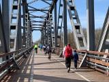 Wyszło słońce, zrobiło się cieplej i most w Stanach przeżywa istne oblężenie. Miejsce to odwiedzają całe rodziny