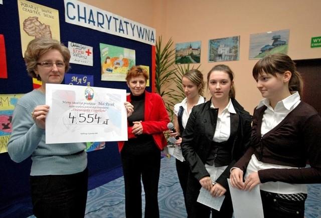 Ewa Pęcak, babcia chorej Mai, otrzymała od młodzieży z Gimnazjum nr 3 symboliczny czek na leczenie wnuczki. Uczniowie uzbierali 4 tys. 554 złote.