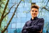 Petros Psyllos w telewizji. Pokazuje młodych speców od innowacji
