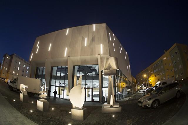 """Efektownie podświetlona elewacja i Park Rzeźb przed """"Oskardem"""" jak magnes przyciągają mieszkańców Konina. W budynku powstała dodatkowa sala wielofunkcyjna"""