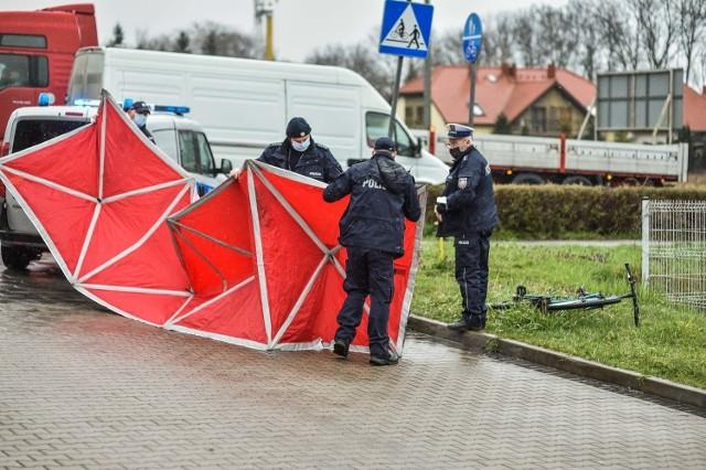 W czwartek na skrzyżowaniu Hiszpańskiej i Unii Europejskiej zmarł mężczyzna. Leżącego rowerzystę znalazł przypadkowy kierowca. Dawał jeszcze oznaki życia. Gdy na miejsce dotarły służby – już nie żył. Nie wiadomo, czy zmarł na skutek potrącenia przez samochód czy może doszło do zasłabnięcia. Policja szuka świadków zdarzenia.Zobacz zdjęcia ---->