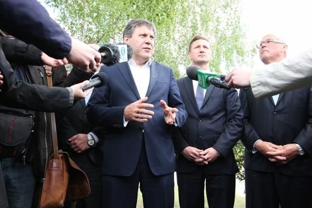 Wicepremier Janusz Piechociński (drugi z lewej) spotkał się z dziennikarzami przed siedzibą Bulk Cargo. Towarzyszyli mu wicemarszałek Jarosław Rzepa, kandydat na europosła z ramienia PSL (pierwszy z lewej), marszałek Olgierd Geblewicz oraz Ryszard Mićko, kandydat na europosła z listy PSL (pierwszy z prawej).