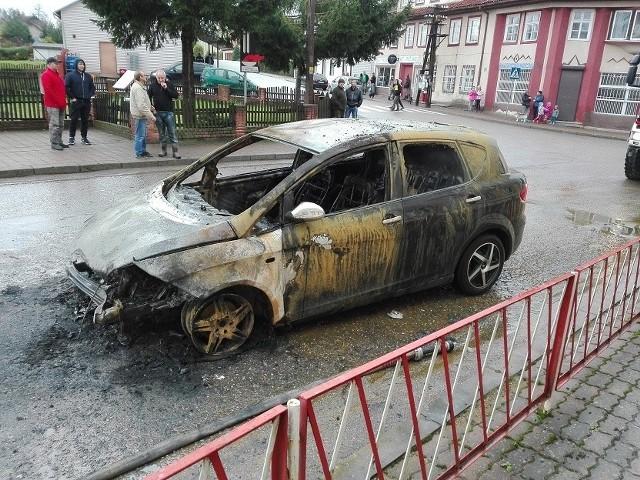 Żytkiejmy, Banie Mazurskie. Dwaj pijani kierowcy spowodowali groźne wypadki. Wskutek jednego z nich spłonęło auto.