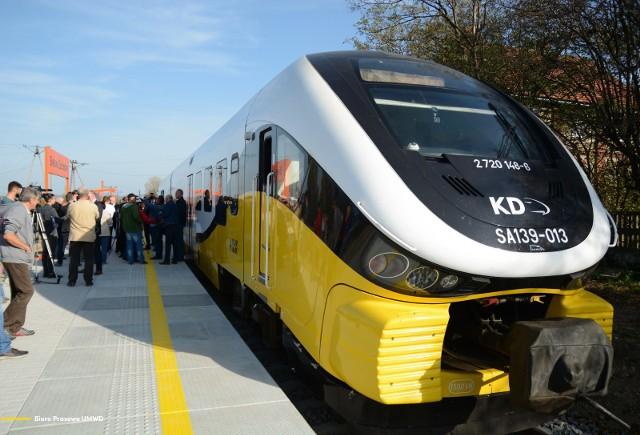 W niecały rok po przejęciu nieczynnej linii kolejowej przez samorząd województwa na nowy przystanek Bielawa Zachód wjechał pierwszy od ponad 40 lat pociąg pasażerski. To jeszcze przejazd testowy, ale regularne, bezpośrednie połączenia z Bielawy do Wrocławia wejdą do rozkładu jazdy już wkrótce