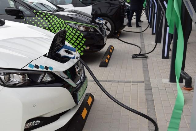 Punktów ładowania aut elektrycznych przybywa, ale zdaniem specjalistów to wciąż za mało