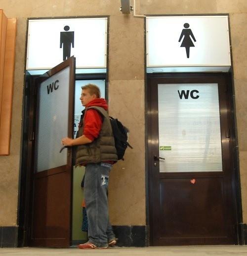 Dyrektor PKP Przewozy Regionalne twierdzi, że na dworcu nie ma żadnych usług, które wiązałyby się z wytwarzaniem ścieków. Tymczasem funkcjonują tam bar, sklepy, no i oczywiście toalety.