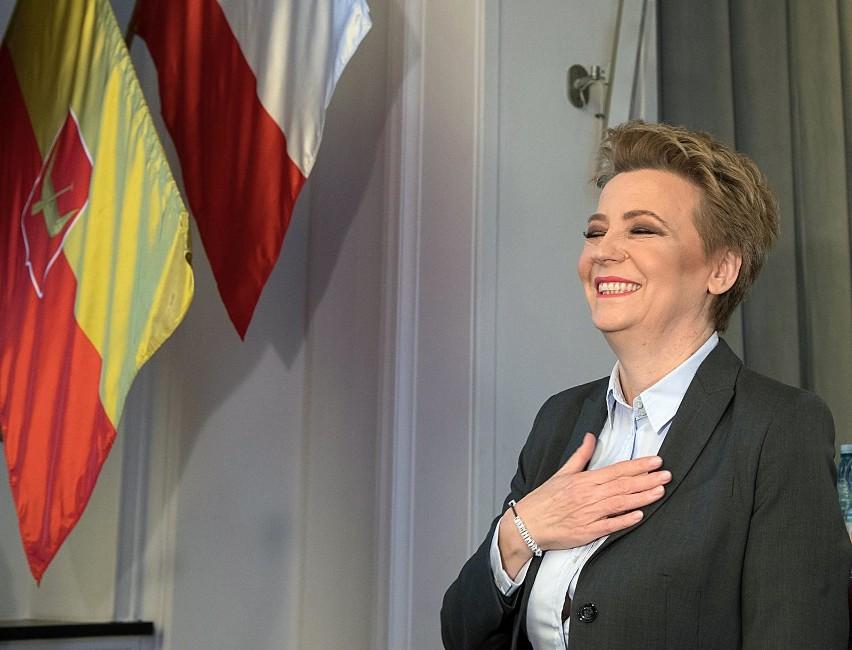 Prezydent Łodzi Hanna Zdanowska (PO) zarobiła w 2019 r. mniej niż rok wcześniej - wynika z jej najnowszego oświadczenia o stanie majątku. Ma natomiast wyższe oszczędności niż w 2018 r.CZYTAJ DALEJ NA NASTĘPNYM SLAJDZIE