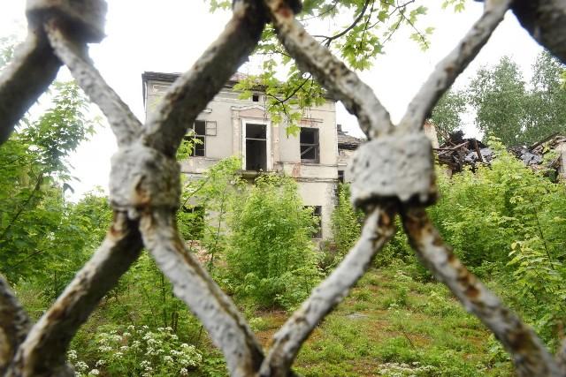 Pałac w Kosierzu od lat domaga się jakichkolwiek działań, które mogłyby go zabezpieczyć. Mijają jednak kolejne miesiące i lata, a zabytku jest coraz mniej...