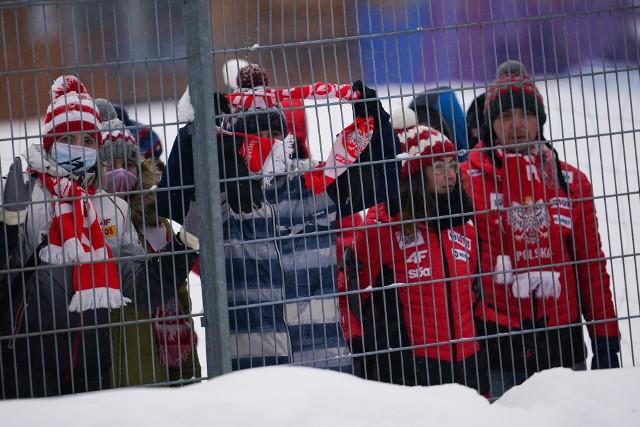 W Zakopanem odbywa się Puchar Świata w skokach. W sobotę odbył się konkurs drużynowy. Chociaż zawody odbywały się bez udziału publiczności w okolicach Wielkiej Krokwi pojawili się kibice. Przypomnijmy, że Polacy zajęli drugą pozycję, ustępując Austriakom.Na kolejnych stronach zobaczcie zdjęcia z zawodów oraz samego Zakopanego, a także kibiców, którzy zjawili się w stolicy Tatr>>>