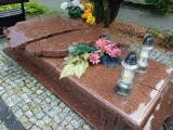 """Zdewastowany grób na cmentarzu w Zielonej Górze. """"Jesteśmy załamani"""" – twierdzi rodzina zmarłych"""