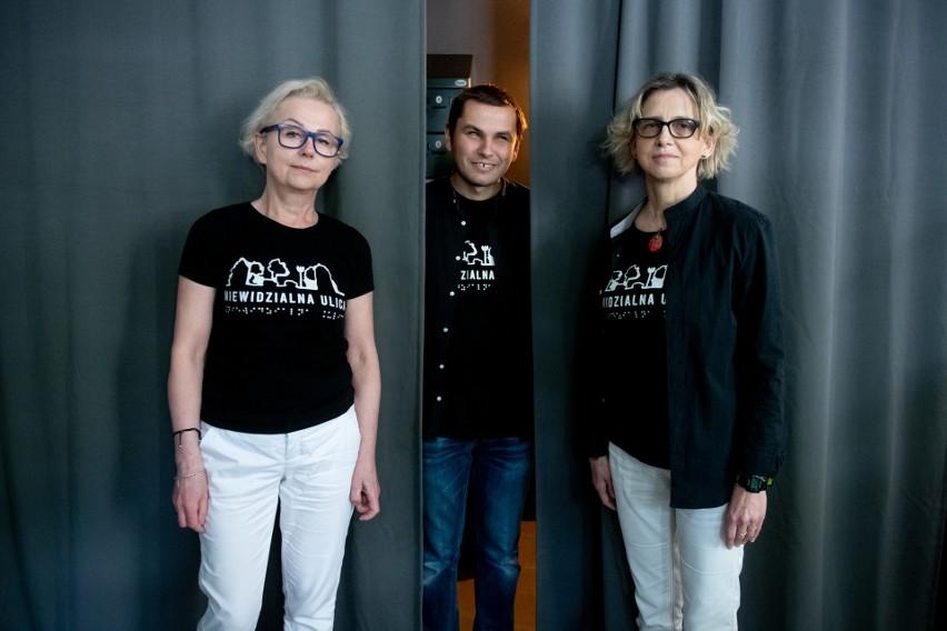 Od lewej: organizatorka wystawy, Jolanta Zielińska...