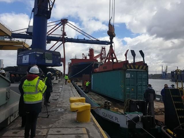 Trwa załadunek kontenerów 40-stopowych na barkę. Dziś wypływa do Chełmna