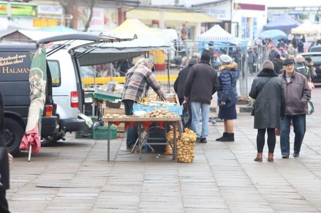 O 9 złotych więcej za jeden dzień handlowania muszą płacić kupcy na targowisku Dolna – Ceglana. Poza tym zostali zobowiązani do sprzątania stanowisk. A wszystko przez śmieci i drastyczny wzrost cen za ich wywóz. Czytaj więcej na następnej stronie