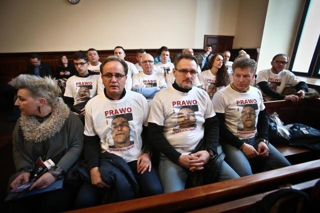 W sprawie Igora Stachowiaka, który zmarł we wrocławskim komisariacie w 2016 roku, zapadł prawomocny wyrok. Ale rodzina oraz Rzecznik Praw Obywatelskich uważają, że prokuratura i sąd nierzetelnie badały sprawę. Sprawa Igora Stachowiaka, gdy wyszły na jaw jej szczegóły, wywołała protesty uliczne we Wrocławiu.