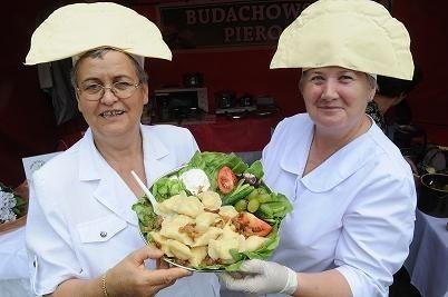 Teresa Barnaś (z lewej) i Grażyna Lachowicz z Budachowa prezentują smaczne pierogi budachowskie