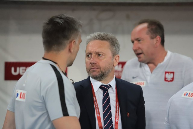 Reprezentacja Polski ma na swoim koncie komplet punktów po trzech spotkaniach w Eliminacjach do Euro 2020. Największym problemem drużyny Jerzego Brzęczka jest jej styl. Polacy od kilku miesięcy grają bez wyrazu i widocznej koncepcji selekcjonera. Wielu krytyków głośno mówi nawet o tym, że tej koncepcji nie ma. Szczęście w końcu kiedyś się skończy, a przed nami jeszcze siedem spotkań eliminacyjnych. Co należy zmienić w grze polskiej kadry, aby można było oglądać jej grę bez wyrzutów sumienia?