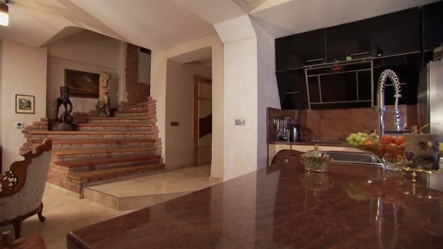 Wystrój mieszkania urządzonego pod ziemiąBy doświetlić mieszkanie, które znajduje się pod ziemią Jakub wybudował dookoła mieszkania rowy, a w kuchni i salonie zamontował duże drzwi balkonowe. To przez tę stolarkę wpada światło dzienne.