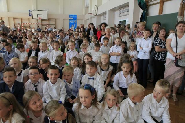 Zakończenie roku szkolnego w Szkole Podstawowej nr 34 w Łodzi odbyło się w piątek (22 czerwca). Tego dnia w podstawówce przy ul. Ćwiklińskiej 9 najpierw podziękowania za 10 miesięcy nauki odebrały dzieci kończące klasy pierwsze i drugie.