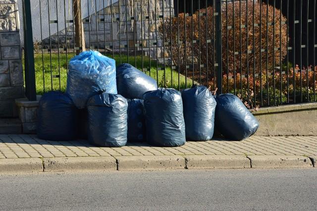 """Około 20 proc. mieszkańców gminy Niepołomice nie płaci za odbiór odpadów komunalnych. Rusza systemowa kontrola """"śmieciowych"""" deklaracji. Będą one weryfikowane na podstawie m.in.: stanów zużycia wody, wypłat świadczeń 500+, informacji o dzieciach uczęszczających do gminnych placówek edukacyjnych"""
