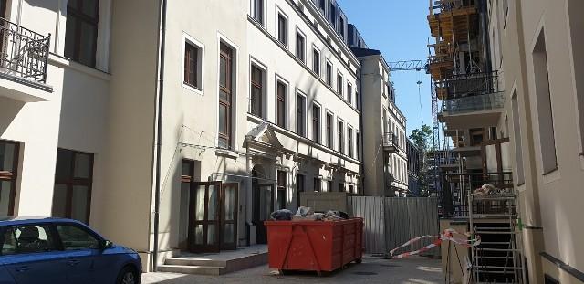 To największa budowa przy ul. Piotrkowskiej, której większość przechodniów w ogóle jej nie zauważa. W samym sercu miasta powstaje całkiem nowe osiedle mieszkaniowe.ZOBACZ ZDJĘCIA I WIZUALIZACJE - KLIKNIJ DALEJ