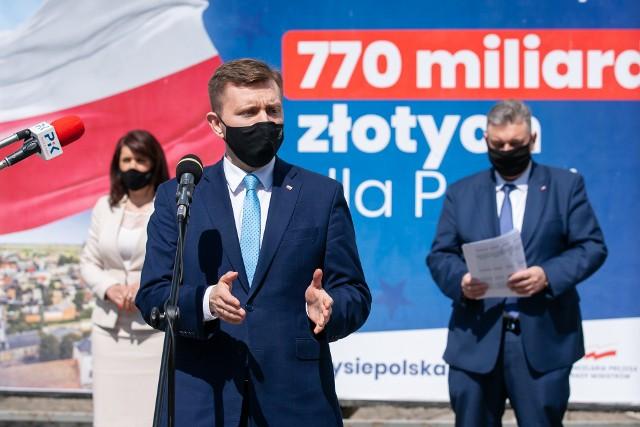 """Poseł Łukasz Schreiber nie potrafił odpowiedzieć na pytanie, dlaczego koalicjant Solidarna Polska jest przeciwny ratyfikowaniu projektu dysponowania unijnymi środkami na """"popandemiczną"""" odbudowę gospodarki"""
