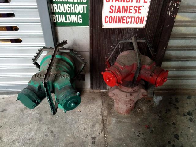 Widoczne na zdjęciu kolce mają zniechęcać ludzi do przysiadania na hydrantach. To typowy przykład tzw. wrogiej architektury z Nowego Jorku.Przejdź do kolejnych zdjęć, używając strzałki w prawo lub przycisku NASTĘPNE.Licencja