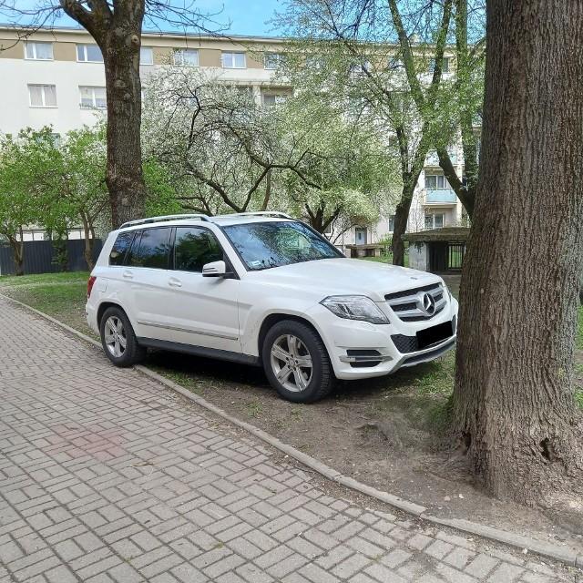 Na trawniku pomiędzy blokami na ulicy Nowy Świat 7, a Piłsudskiego 24m regularnie parkowane są samochody. Niektórzy kierowcy przejeżdżają również przez chodnik. Mieszkańcy pobliskich bloków mają dość zastawiania ich rekreacyjnej przestrzeni.