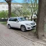 """Samochody notorycznie parkowane na trawniku przy """"Eskulapie"""" na ul. Nowy Świat. Mieszkańcy pobliskich bloków mają dość (zdjęcia)"""