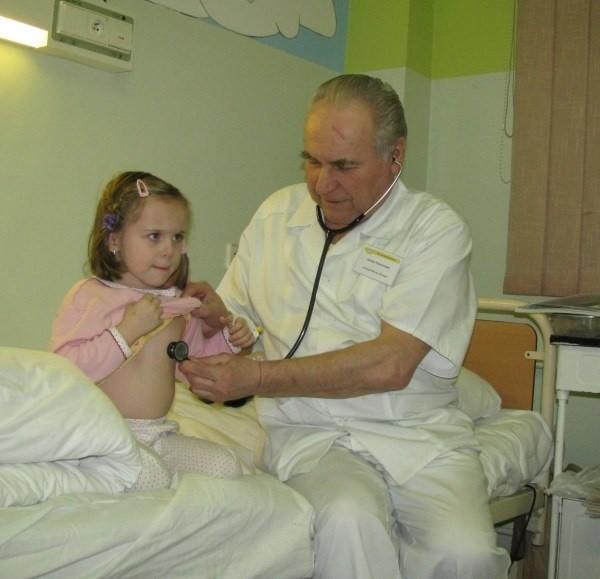 Pacjenci mają zmian nie odczuć, ale nie wiadomo jeszcze, kto zapłaci za ich leczenie. Na zdjęciu pediatra Marian Świstuń bada 4-letnią Dominikę.