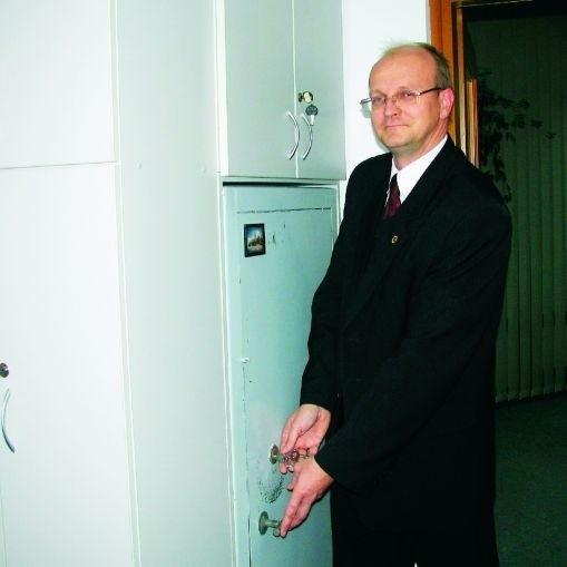 W sejfie biura rzeczy znalezionych trzymamy ubranka dziecięce, wiertarkę, dwie płyty CD, dwa portfele z pieniędzmi - wymienia Jarosław Filipowicz, rzecznik prasowy Urzędu Miejskiego. - Niektóre przedmioty leżą tu już pięć lat.