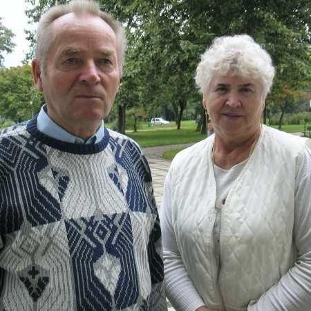 Dorota Kwiatkowska i Roman Podeszwa wspominają dobre czasy, kiedy emeryci mieli gdzie spędzić wieczór.