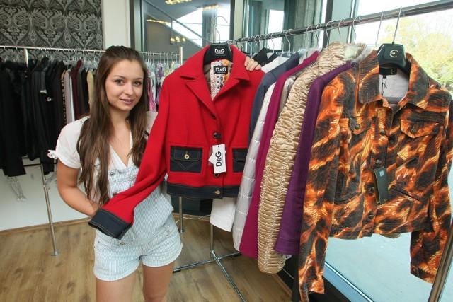 Joanna Nowak z kieleckiego Designer Outletu Incognito prezentuje najmodniejszy mix tegorocznej jesieni, czyli czerwień z dżinsem, tu w wydaniu duetu Dolce&Gabbana.