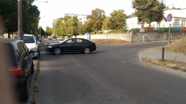 Samochód zatarasował przejazd ul. Słoneczną w Gorzowie
