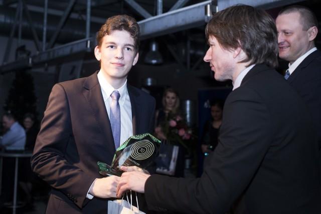 18-letni Jan Krzysztof Duda odbiera plebiscytową nagrodę z rąk Dariusza Kołacza, wiceprezesa krakowskiego oddziału Polska Press