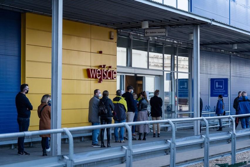 Tłumy w sklepach tuż przed wprowadzeniem ostrzejszych obostrzeń. Klienci korzystają z ostatnich zakupów w marketach przez lockdownem