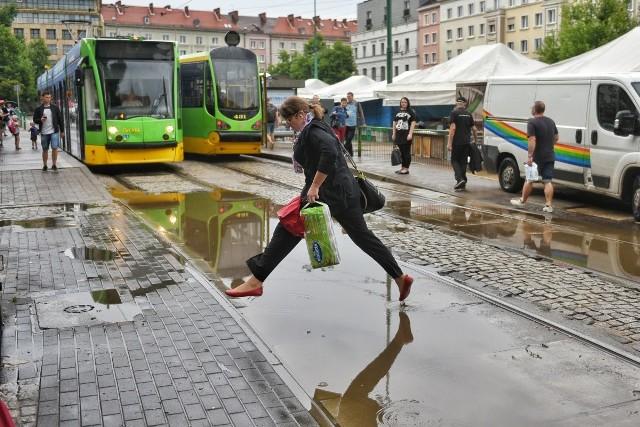 Burza w Poznaniu. W poniedziałek, 16 lipca po południu potężna ulewa przeszła przez stolicę Wielkopolski.Przejdź do kolejnego zdjęcia --->