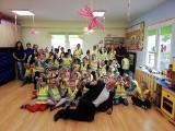 """Trwa akcja """"Bezpieczny Powiat Chrzanowski"""". W szkołach i domach kultury są prelekcje i rozdawane odblaski"""