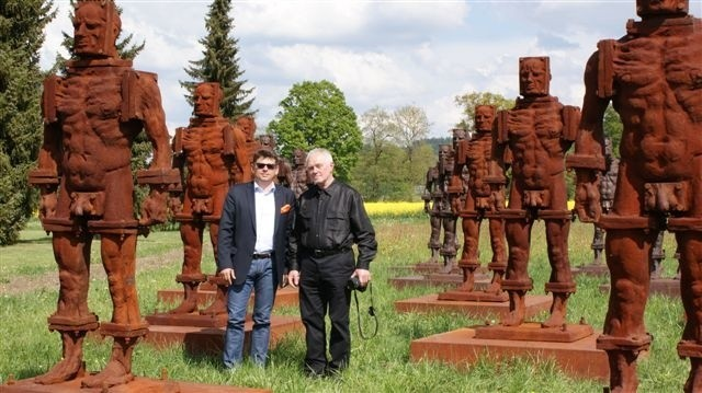 """Na zdjęciu Tomasz Tworek (z lewej) z twórcą """"Żelaznych"""", wybitnym polskim rzeźbiarzem, Zbigniewem Frączkiewiczem, na tle rzeźb wystawionych w Szwajcarii"""