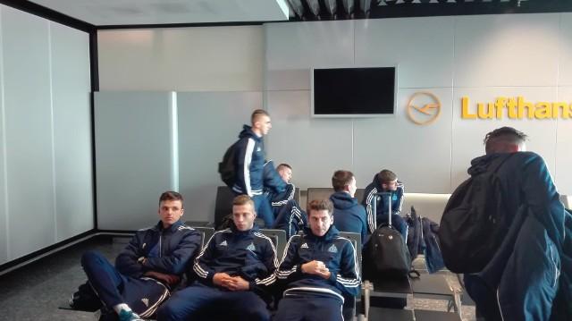 Niebiescy na lotnisku we Frankfurcie.