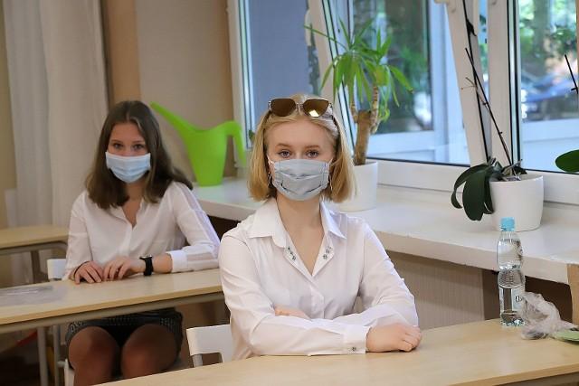 Ile może dorobić nauczyciel przy sprawdzaniu arkusza z języka polskiego z tegorocznego egzaminu ósmoklasisty? Sprawdziliśmy, że około tysiąc złotych na rękę. Takie ocenianie trwa w tym tygodniu. >>> Czytaj dalej na kolejnym slajdzie >>>