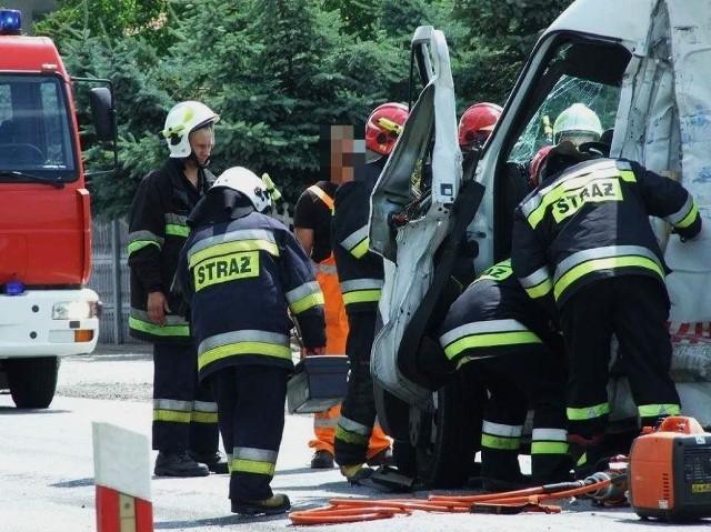Do groźnej kolizji doszło w środę na drodze krajowej nr 36 w Biadkach pod Krotoszynem. Zderzyły się dwa samochody ciężarowe, które następnie uderzyły w dwa inne pojazdy ekipy budowlanej.
